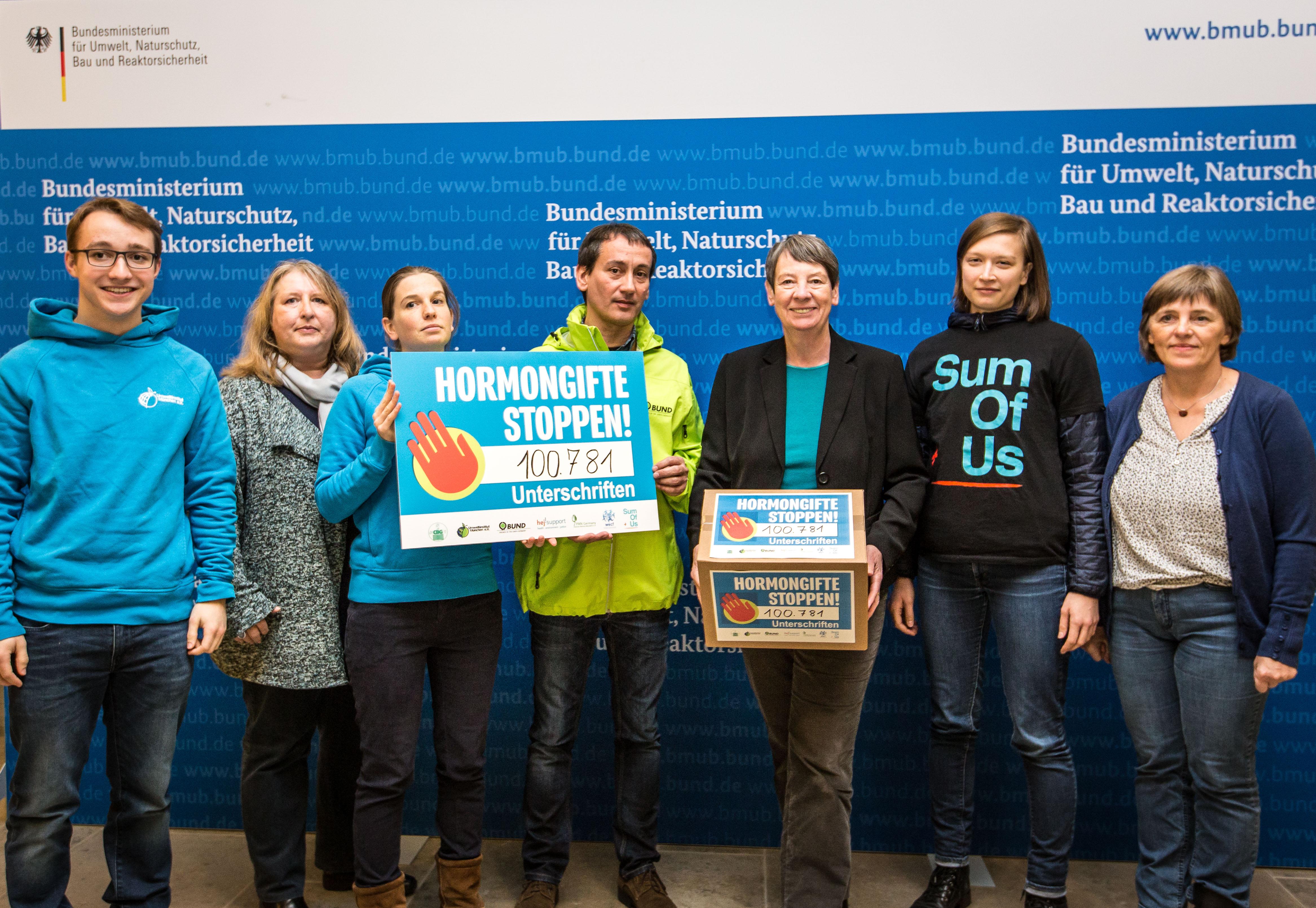 Stoppt hormonschädliche Chemikalien – NGO Bündnis übergibt mehr als 100.000 Unterschriften an Ministerin Hendricks